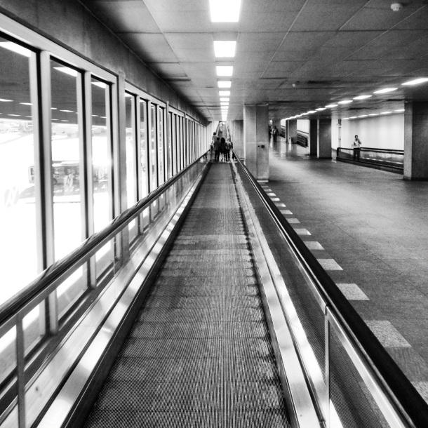 A fantasmagórica esteira que liga o Terminal 1 ao 2 lembra: você vai morrer