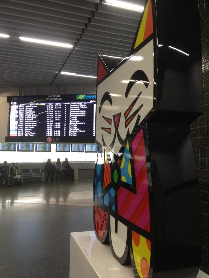 """""""Arte"""" de Romero Britto espalhada pelo terminal"""