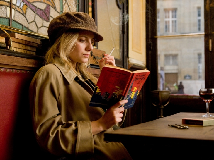 Mélanie Laurent esquece os nazistas para relaxar com Le Saint dans New York, pulp fiction de Leslie Charteris que traz as aventuras do detetive Simon Templar, o Santo