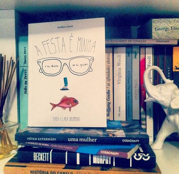 A capa esperta do livro de Clara Drummond é de Alice Galeffi; na foto, ele domina a estante da autora