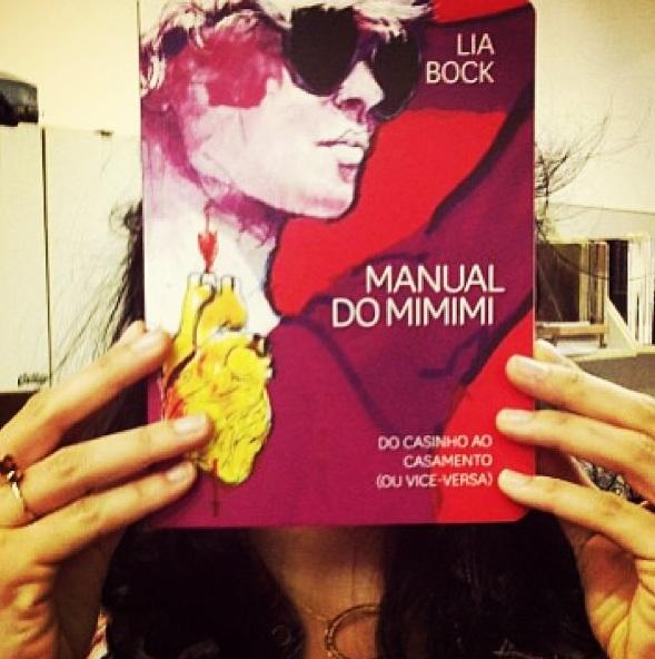 O belo projeto gráfico de Mateus Valadares faz o livro de Lia Bock (dona das unhas acima) parecer um caderno de memórias - recheadas de ilustrações de Zé Otavio