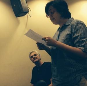 Reinaldão observa Angélica Freitas ler uma carta de Julio Cortázar que menciona o encontro do cronópio com o pilantra em Paris