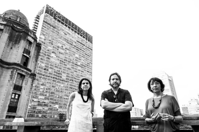 Clara Drummond, Ronaldo Bressane e Noemi Jaffe no terraço do edifício Farol, no vale do Anhangabaú