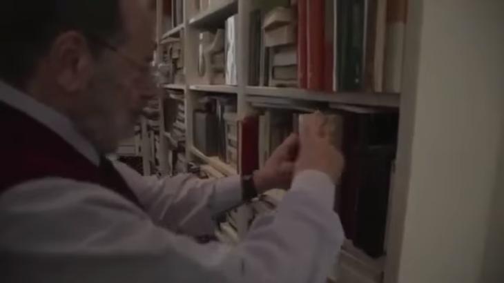 Umberto Eco em sua biblioteca